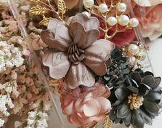 HANDMADE PHONE CASE diy Elegant flowers phone case pearls Diy Phone Case, Phone Cases, Elegant Flowers, Handmade Items, Pearls, Accessories, Phone Case, Beads, Pearl
