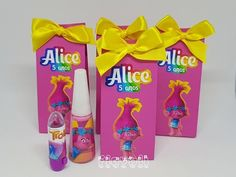 Kit beleza - Festa Trolls  :: flavoli.net - Papelaria Personalizada :: Contato: (21) 98-836-0113 - Também no WhatsApp! vendas@flavoli.net Trolls Birthday Party, Troll Party, Birthday Parties, Los Trolls, Alice, Diy Party Decorations, Favor Boxes, Gift Bags, Gifts For Kids