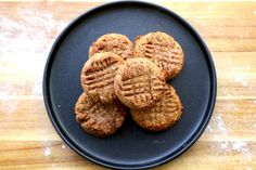 These Healthy Oatmeal Date Cookies are dense, moist, and chewy. They make a great on-the-go breakfast or after school snack option. Sugar-free oatmeal and da. Date Recipes Healthy, Easy Cookie Recipes, Delicious Vegan Recipes, Vegan Desserts, Sweet Recipes, Vegan Sweets, Vegan Food, Biscuits Végétaliens, Biscuit Vegan