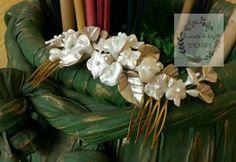 peineta para novia en porcelana con hojas y flores en blanco perla y champagne