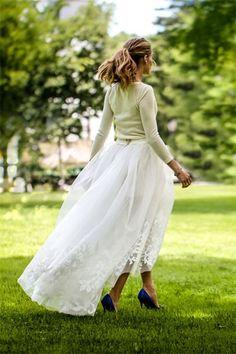 En ook de New Yorkse it-girl Olivia Palermo koos niet voor een klassieke trouwjurk, maar stelde zelf een outfit samen een tule rok, witte shorts en kasjmieren trui van de Amerikaanse ontwerpster Caroline Herrera. Haar blauwe schoenen zijn van Manolo Blahnik.