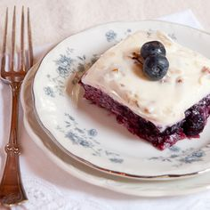 This blueberry jello salad is an old-fashioned southern recipe with blueberries and pineapple topped with a sweetened cream cheese and sour cream mixture. Jello Desserts, Jello Recipes, Dessert Salads, Easy Desserts, Delicious Desserts, Dessert Recipes, Yummy Food, Jello Salads, Fruit Salads