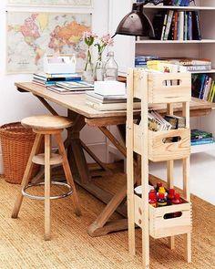Una pequeña estantería con cajas de madera