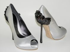McQueen might be more known for outrageous dresses, but their shoes are no less impressive. From Dailychic Pump Shoes, Shoe Boots, Flats, Alexander Mcqueen Shoes, Grey Heels, Peep Toe Platform, Beautiful Shoes, Tulip, Stiletto Heels