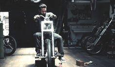 La légende du skateboard Max Schaaf a deux passions dans la vie, la petite planche à roulettes et les grosses cylindrées.  Dans cette superbe vidéo vous pouvez voir Max Schaaf se préparer pour le salon de la moto « Born Free » qui se déroulera le 30 juin prochain.