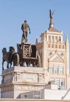 Cuadriga de la calle Alcalá frente al antiguo rascacielos de la Unión y el Fénix en la calle Peligros.