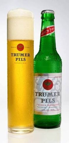 Cerveja Trumer Pils, estilo German Pilsner, produzida por Privatbrauerei Josef Sigl, Áustria. 4.9% ABV de álcool.