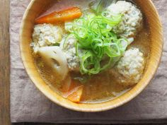 ふわふわ鶏団子と根菜のごちそう味噌汁の画像 Japanese Food, Thai Red Curry, Ramen, Soup, Cooking, Ethnic Recipes, Kitchen, Japanese Dishes, Soups