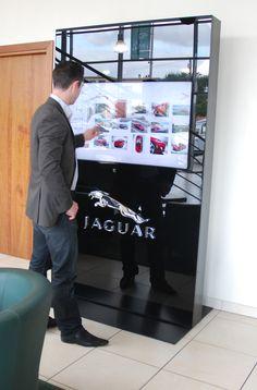 Totem tactile 46'' - Jaguar / Land Rover - Show Room Virtuel by seventh media. L'application est développée par QUANTIM \ seventh media - Seventh hybrid solution