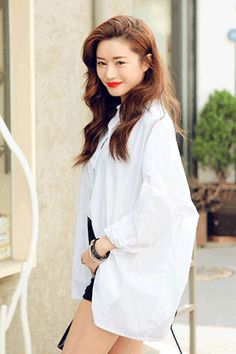 Today's Hot Pick :Back Knot White Shirt http://fashionstylep.com/SFSELFAA0030628/stylenandaen/out Simple in appearance but filled with bonus charms, this button-up shirt is more than meets the eye. It features a button down collar, button-up standard placket, long sleeves with buttoned cuffs, hem that reach below the hips, overall boxy fit with unique back featuring a slit tied together in black string knot. Wear it tucked in high waist shorts and buckled loafers for a refreshing look.