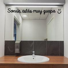 """Original y divertido vinilo decorativo con la frase """"Sonríe, estás muy guapa"""". Un vinilo perfecto para decorar tu espejo. ¡Seguro que les encantará a tus huéspedes!"""