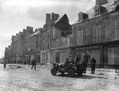 Les hommes prennent position dans la rue principale de Sainte-Mère-Eglise.