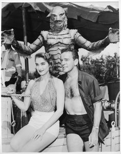 The Gill-man (Ben Chapman), Kay Lawrence (Julie Adams), & Dr. David Reed (Richard Carlson) - Creature from the Black Lagoon Scary Monsters, Famous Monsters, Horror Monsters, Vashta Nerada, Julie Adams, Richard Carlson, Tv Movie, Sci Fi Horror, Horror Icons