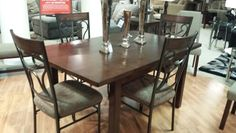 Hyden table with sandling chairs