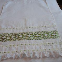 Pano de copa, confeccionado em tecido vagonite, bordado vagonite em fita, enfeitado com passa fita, fita de cetim e babado em bordado inglês.