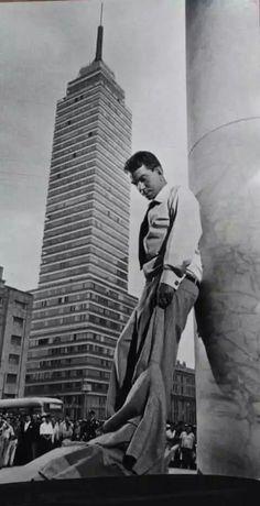 Cantinflas y la torre Latinoamericana (1950).