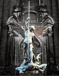 VIVA CRISTO REI: Quem como Deus. Miguel Arcanjo servo Amado de Deus que vossa justiça, centelha do Poder de Deus que repousa em teu ser, seja cravada em nossas almas com suas mãos, mãos que combatem por Deus os poderes deste mundo de grandes ódios!