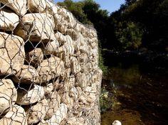Particolare Muro a Secco chiamato in gergo 'Gabbione' per via della gabbia reticolare che lo contiene. Si trova vicino Ragusa Ibla, in Siclia Orientale