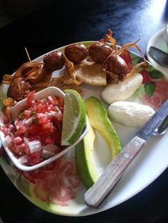 Tipica food from El Salvador at my favourite market Latin American Food, Latin Food, Home Recipes, Gourmet Recipes, Healthy Recipes, Chorizo, El Salvador Food, Salvadoran Food, Recetas Salvadorenas