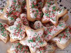 Nesta época do ano, quando eu era criança, minha mãe com a nossa ajuda (da criançada), preparava dezenas de biscoitos com uma cobertura branquinha feita de claras e açúcar. Comíamos o tempo todo, m... Christmas Sugar Cookies, Christmas Desserts, Shortbread Recipes, Four, Cookie Decorating, Sweet Recipes, Love Food, Food And Drink, Favorite Recipes