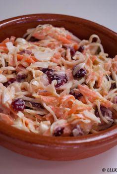 Koolsalade met cranberries en wortel Pasta Salad, Ethnic Recipes, Food, Drinks, Crab Pasta Salad, Drinking, Beverages, Essen, Drink