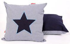 Sierkussen Star blue. Een mooi kussen met stoere jeans ster en blauw borduursel. In diverse maten verkrijgbaar.
