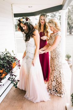 Bride getting ready with her mom | Image by Sarah Libby Photography