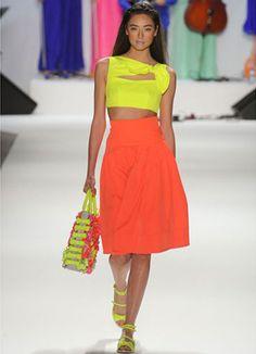 Look muy elegante con una falda anaranjada y un top y sandalias amarillas