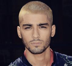 Zayn Malik, formerly of One Direction, has always enjoyed experimenting with fashion as well as hair. You may not want to copy his red carpet turtlenecks (though maybe you do) but his hairstyles are definitely Short Hair With Beard, Short Hair Cuts, Best Short Haircuts, Haircuts For Men, Blonde Guys, Blonde Hair, Zayn Malik Blonde, Bleached Hair Men, Buzz Haircut
