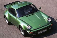En 1975, Porsche lance une version turbo compressée de sa 911, baptisée 930. Le 6 cylindres à plat de 3.0 développe 260 ch. Il ne lui faut, à lépoque, que 5,5 s pour passer de 0 à 100 km/h. La vitesse maximale atteint 250 km/h. Le souffle du turbo vous colle littéralement aux sièges, cette 911 est brutale. Son freinage hérité de la 2,7 RS était jugé trop juste au regard des performances de la voiture.