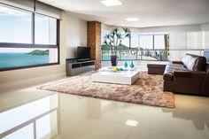 Confira as tendências em pisos e revestimentos para 2018 Marble Tiles, Marble Floor, Corner Bathtub, Sweet Home, New Homes, Flooring, Living Room, Bathroom, House Styles