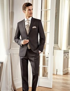 Hochzeitsanzug Trends 2016 von WILVORST. Schicker, moderner Anzug in Braun mit weißem Hemd. Neben Blau liegt auch Braun besonders im Trend und passt auch super zu Brautkleidern im angesagten Ivory.