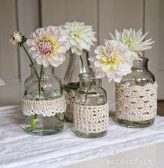 seidenfeins Dekoblog: zart : Dahlien in behäkeltem Glas * DIY * crochet jars & dahlias (Decorated Bottle Centerpieces)