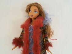 manteau écossais bordé de fourrure rouge
