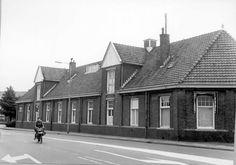 1973: Rembrandtlaan oostzijde met kantoren (uit de jaren '20) van de Gemeentelijke Reinigingsdienst, naar het noordoosten.