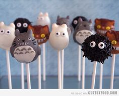 Totoro to - touro! Totoro to - touro! You only see them when you are very drunk! Totoro themed cake pops include the cat bear himself, cat bus, dust bunnies and halfling totoros! Cake Pops, Desserts Japonais, Penguin Cupcakes, Yummy Treats, Sweet Treats, Bakerella, My Neighbor Totoro, Cute Cakes, Cute Food