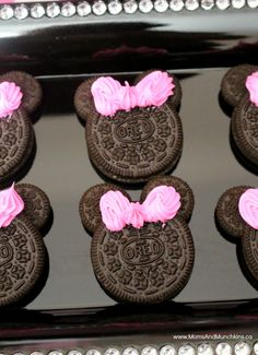 Minnie Mouse Oreos This Minnie Mouse birthday party uses FREE PRINTABLE Minnie ears in the decorations, favors, and party table. Cute ideas for a Minnie Mouse birthday party! Minnie Mouse First Birthday, Minnie Mouse Baby Shower, Mickey Party, Mickey Mouse Birthday, Minnie Birthday Ideas, Mickey Mouse Party Games, Minnie Mouse Party Decorations, Pirate Party, Minni Mouse Cake