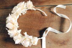 Couronne de fleurs fait-main - Tuto sur https://blog.etsy.com/fr/2013/diy-une-couronne-de-fleurs/