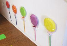 Helloo!     Olha ai mais uma ideia bacana para sua festa colorida! Pirulitos gigantes na parede feitos com pratosdescartáveiscoloridos! N...