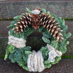 http://holmsundsblommor.blogspot.se/2011/10/gravsmyckning-vitt-och-natur.html Gravdekoration krans