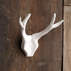 DIY Paper mache antlers - pointing at you Peters Quilling, Origami, Paper Mache Animals, Paperclay, Room Wall Decor, Animal Sculptures, Large Wall Art, Diy Paper, Antlers