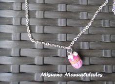 """Collar corto de cadena plateada con un colgante de Fimo en forma de una magdalena de fresa de la colección """"pastelería"""". www.misuenyo.es / www.misuenyo.com"""