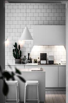 Kika in hemma hos Lotta Agaton Kitchen Interior, Home Interior Design, Kitchen Design, Kitchen Bar Counter, Small American Kitchens, Minimal Kitchen, Kitchen Models, Scandinavian Kitchen, Sweet Home