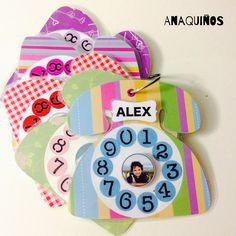 Agenda para teléfonos de los niños. Cada teléfono lleva la foto de cada niño y en la parte de atrás los números de teléfono de su familia.