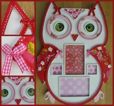 Mooie fotolijst in de vorm van een uil. Beplakt met roze/rood PIP behang en leuke kantjes en strikjes. Afmetingen: 50 x 37cm