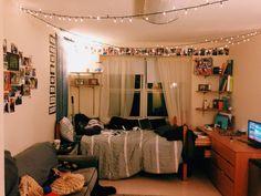 Minimalist dorm room beautiful and cute minimalist dorm room decor Dorm Room Setup, Guy Dorm Rooms, Cool Dorm Rooms, College Dorm Rooms, Dorm Room Lighting, Dorm Desk, Boho Pattern, Minimalist Dorm, Small Dorm