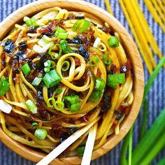 Sticky Garlic Quinoa Noodles {An's Famous Garlic Noodles Copycat, 15 minutes, Gluten-free} - All Recipes Food Quinoa Noodles, Garlic Noodles, Sesame Noodles, Rice Noodles, Squash Noodles, Peanut Noodles, Thai Noodles, Gluten Free Recipes, Vegetarian Recipes