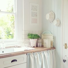 Shabby and Charming: a romantic cottage near London Shabby Chic Bedrooms, Shabby Chic Homes, Shabby Chic Style, Shabby Chic Furniture, Shabby Chic Decor, Romantic Cottage, Shabby Cottage, Romantic Kitchen, Interior Design Advice