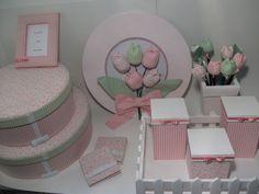 Lindo Kit para o seu bebê, com enfeite de porta para a maternidade, kit higiene, porta retrato, e um lindo conjunto de caixas forradas em tecido.