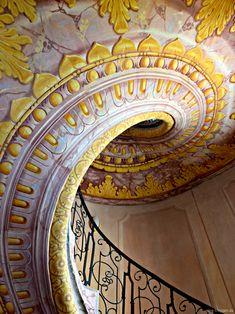 Kloster Melk - http://smg-treppen.de/kloster-melk/ Eine außergewöhnlich schöne Treppe gibt es im Kloster Melk, welches sich zwischen Wien und Linz befindet. Genau genommen gibt es zwei Treppen, die baugleich sind und auf die Empore des Kirchenschiffes führen. Die Steintreppen wurden auf der Unterseite detailreich bemalt und so zum Hingucker. Die...